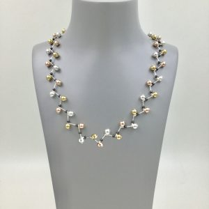 Striking wire necklace